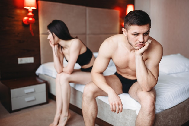 Paar haben probleme im bett, versagen sex, kein sexuelles verlangen, konflikt.