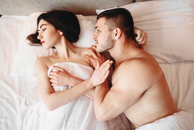 Paar haben probleme im bett, versagen sex, kein sexuelles verlangen, streit. schlechtes intimes leben, impotenz