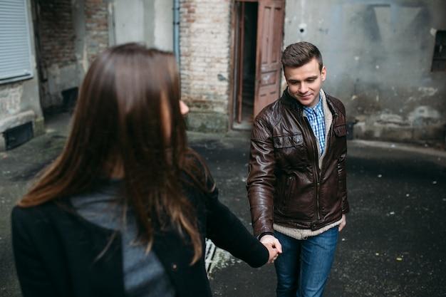 Paar hält hände zu fuß in der stadt