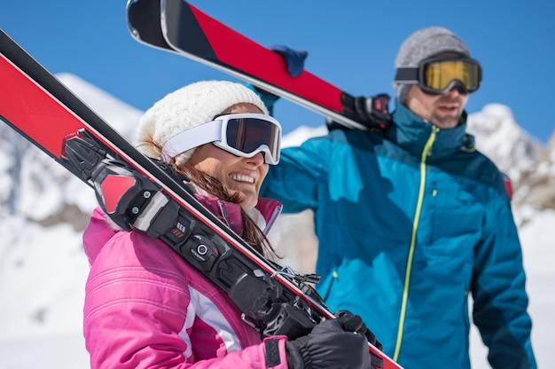 Paar hält ski