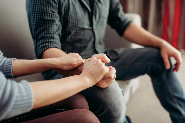Paar hände halten, familienpsychologische unterstützung