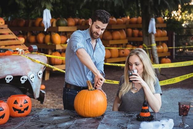 Paar halloween vorbereiten