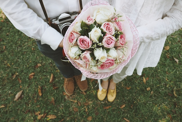 Paar halten eine hochzeit bouquet