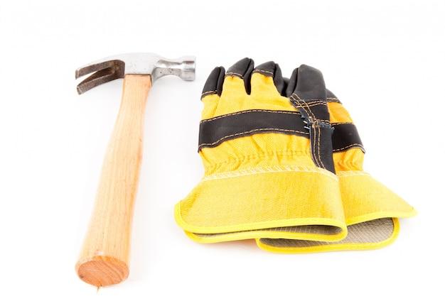 Paar handschuhe und hammer des erbauers