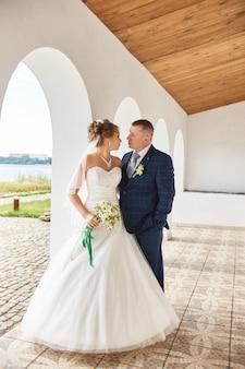 Paar heiratete umarmung