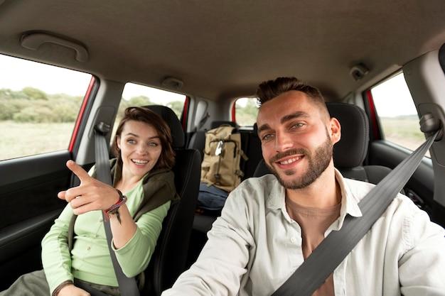 Paar im auto, das vorne schaut