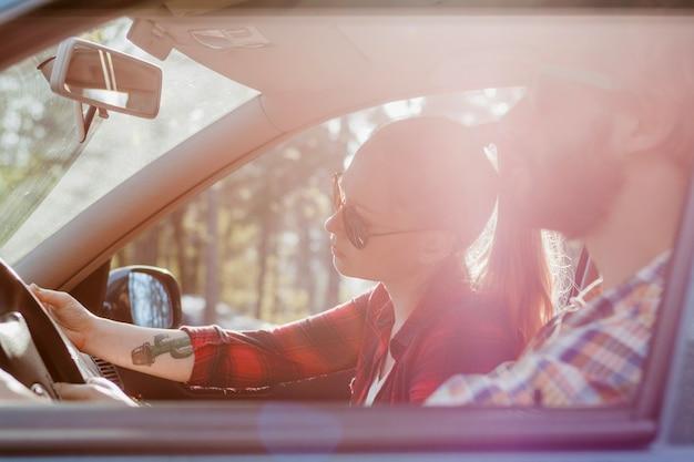 Paar im auto im sommer