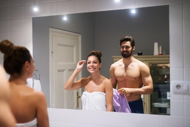 Paar im badezimmer.