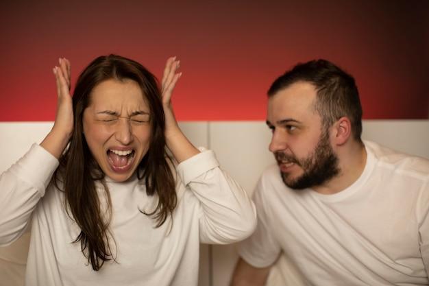 Paar im bett diskutieren