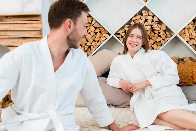 Paar im bett mit bademänteln