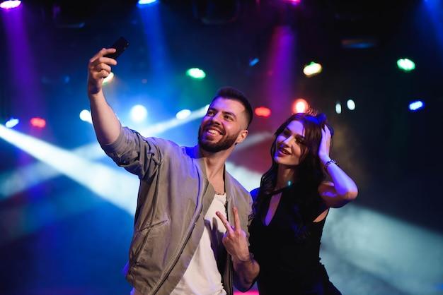 Paar im club macht selfie