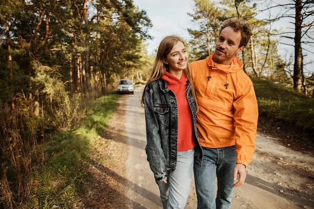 Paar im freien auf einem roadtrip umarmt