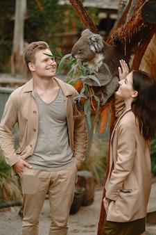 Paar im reservat spielt mit einem koala
