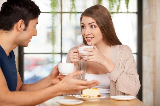 Paar im restaurant. schönes junges paar sitzt zusammen im restaurant und trinkt kaffee