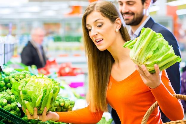 Paar im supermarkt einkaufen lebensmittel