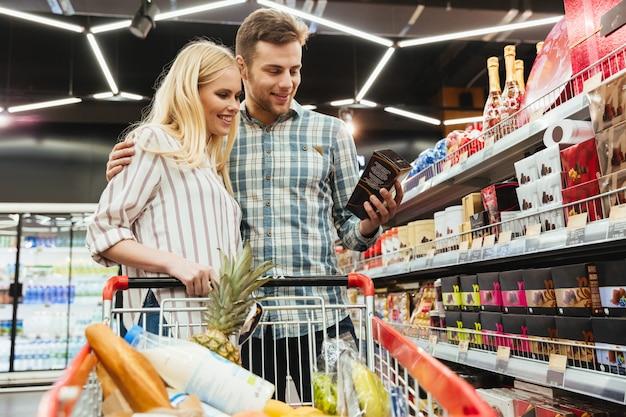 Paar im supermarkt einkaufen