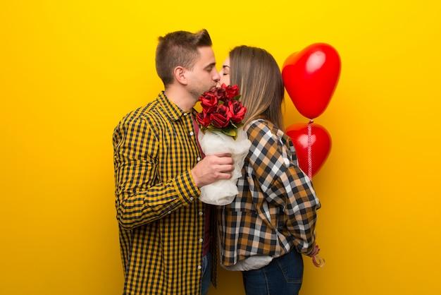Paar im valentinstag mit blumen und ballons mit herzform