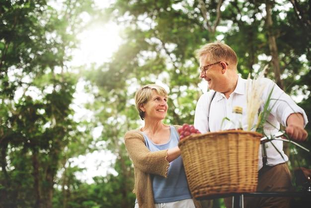Paar im wald genießen, zeit zusammen zu verbringen