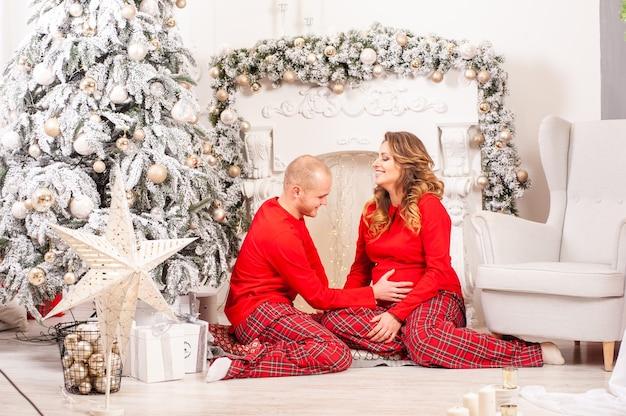 Paar im weihnachtsinnenraum schwangere frau