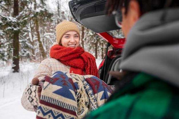 Paar im winter mit rucksäcken