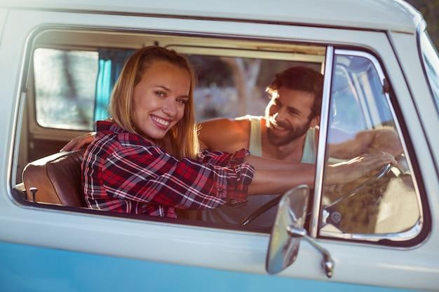 Paar im wohnmobil unterwegs