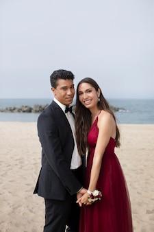 Paar in abschlussballkleidung am strand