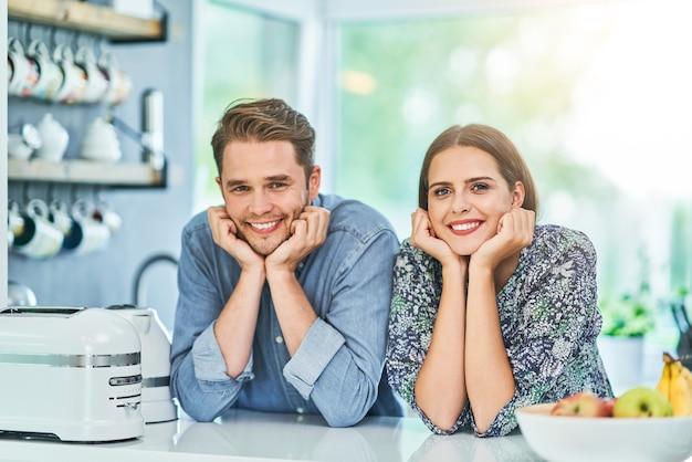 Paar in der heimischen küche mit elektronischem tablet