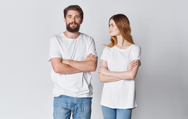 Paar in der liebe mann und frau im gleichen t-shirt freunde hellen hintergrund