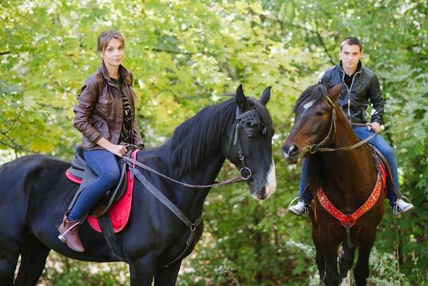 Paar in der liebe reitpferde