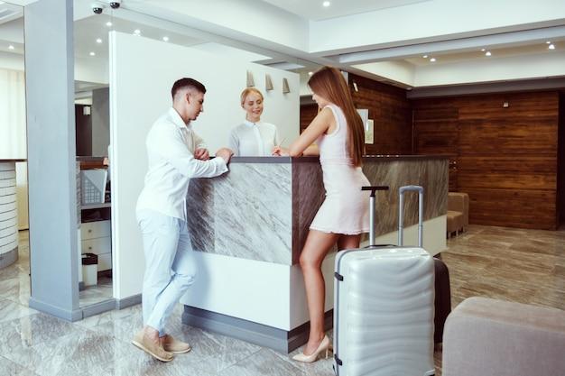 Paar in der nähe der rezeption im hotel