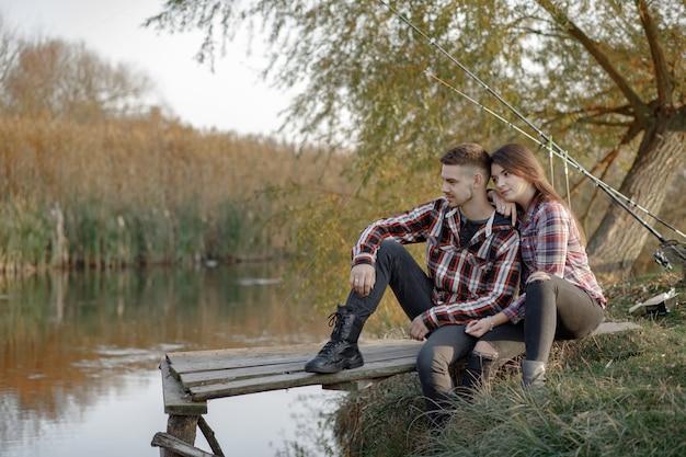Paar in der nähe des flusses an einem fischermorgen