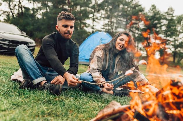 Paar in der nähe des lagerfeuers
