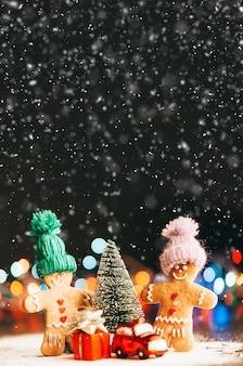 Paar in der nähe des weihnachtsbaumes