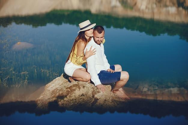 Paar in der nähe von blauem wasser