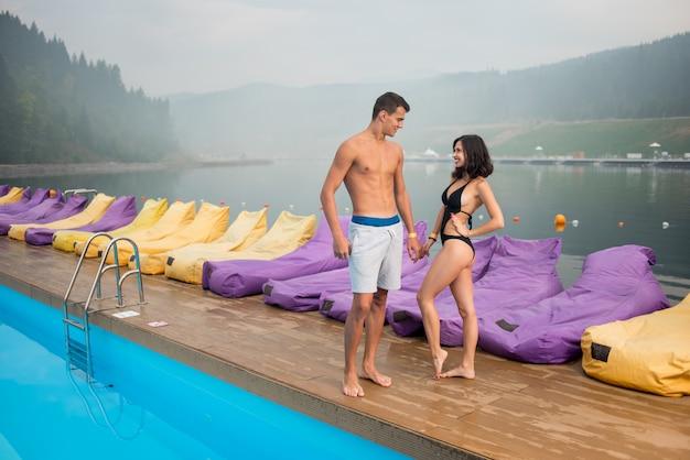 Paar in der nähe von schwimmbad