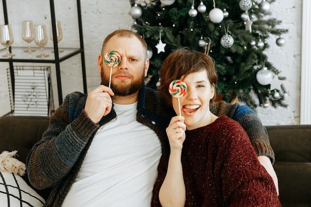 Paar in der weihnachtszeit zu hause verliebt