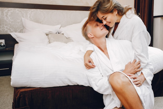 Paar in einem hotel