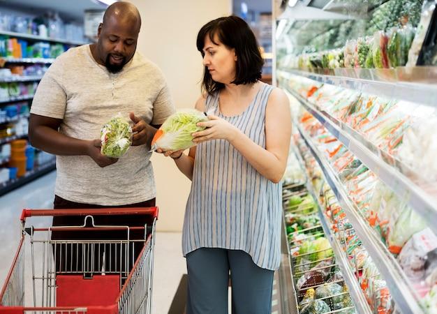 Paar in einem supermarkt einkaufen