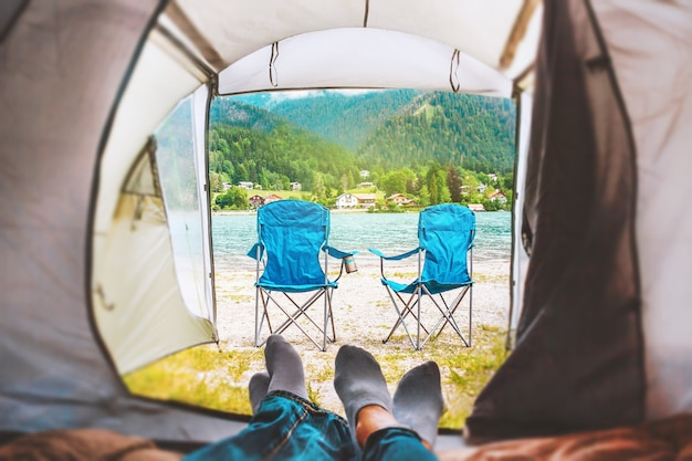 Paar in einem zelt beim camping in der nähe des sees in den bayerischen alpen deutschland romantisches wochenende im wald
