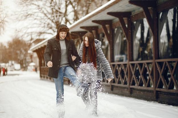 Paar in einer winterstadt