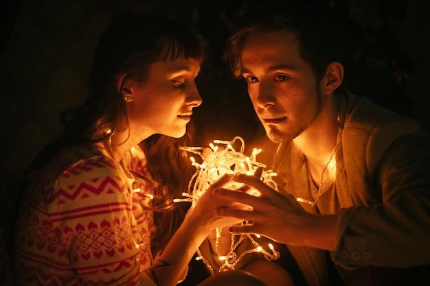 Paar in liebe umarmt in der nacht, umarmen licht