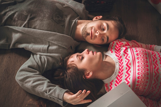 Paar in liebe umarmt in der nacht, umarmen