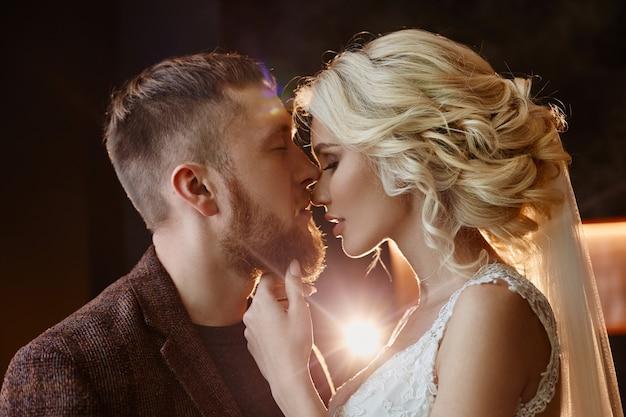 Paar in liebe umarmungen und küsse an ihrem hochzeitstag