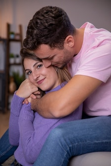 Paar in liebe zu hause entspannen