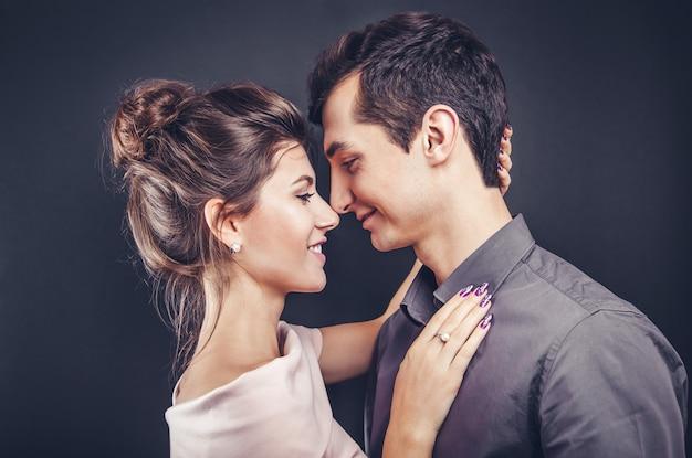 Paar in liebesumarmungen