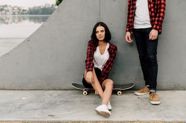 Paar in passenden outfits im park