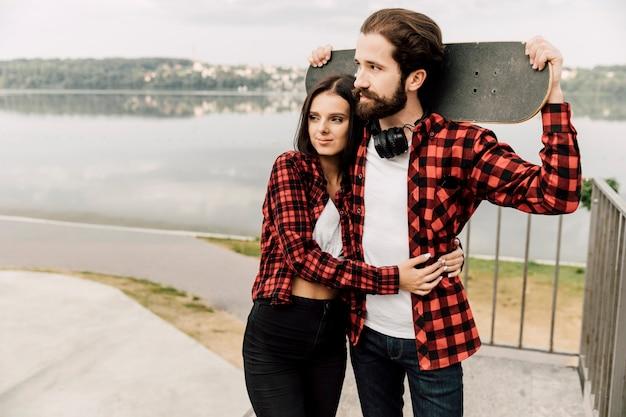 Paar in passenden outfits umarmen