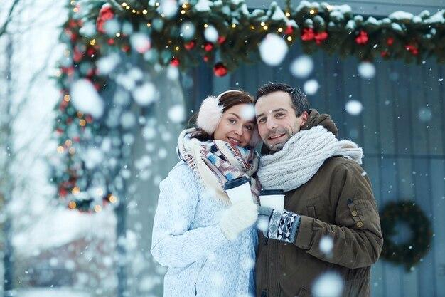 Paar in schneefall