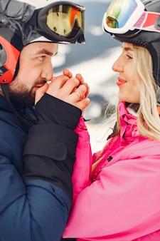 Paar in sportkleidung. menschen, die winterferien auf bergen verbringen