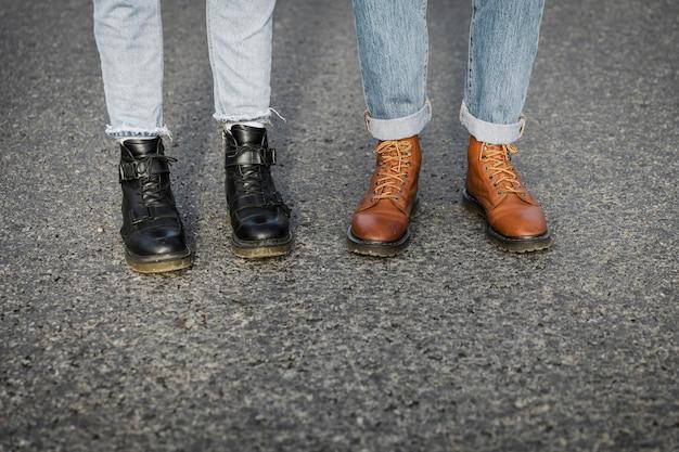 Paar in stiefeln auf einem roadtrip zusammen
